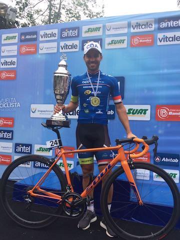 Andriatto com troféu da etapa / Martinez Comunicação