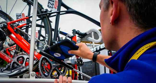 Inspeção de uma bicicleta durante o Tour de France / Divulgação UCI