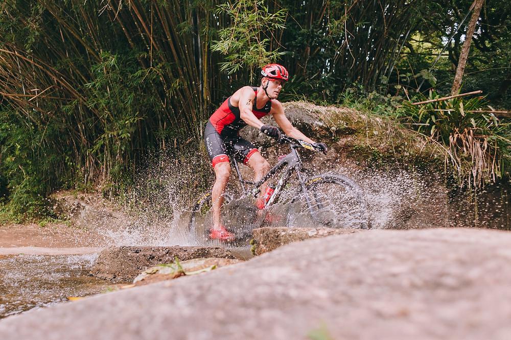 O canadense Karsten Madsen fez bom trajeto de bike e terminou a prova de triatlo em segundo lugar / HÉRCULES RAKAUSKAS