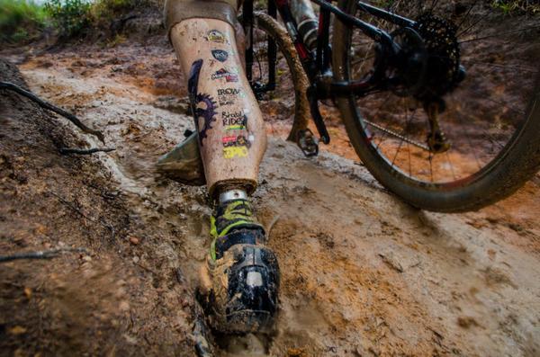 Detalhe da prótese na perna esquerda de Everson (Ney Evangelista / Brasil Ride)