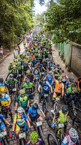 Ciclistas aguardam início da Maratona dos Descobrimentos (Fabio Piva / Brasil Ride)