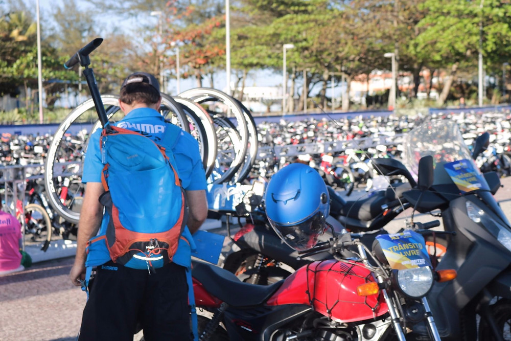 Moto sendo preparada para ajudar os triatletas no IM 70.3 do Rio / Márcio de Miranda