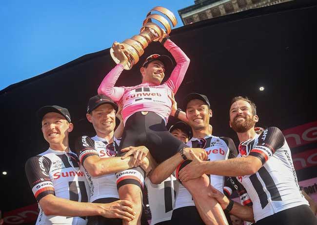 Tom nos braços da equipe com o troféu / Divulgação Sunweb