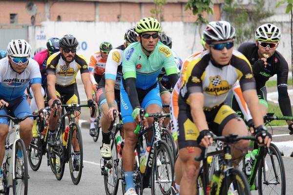 Equipe Promax Bardahl no pelotão do Campeonato Penks (Mazza Ciclismo / Divulgação)