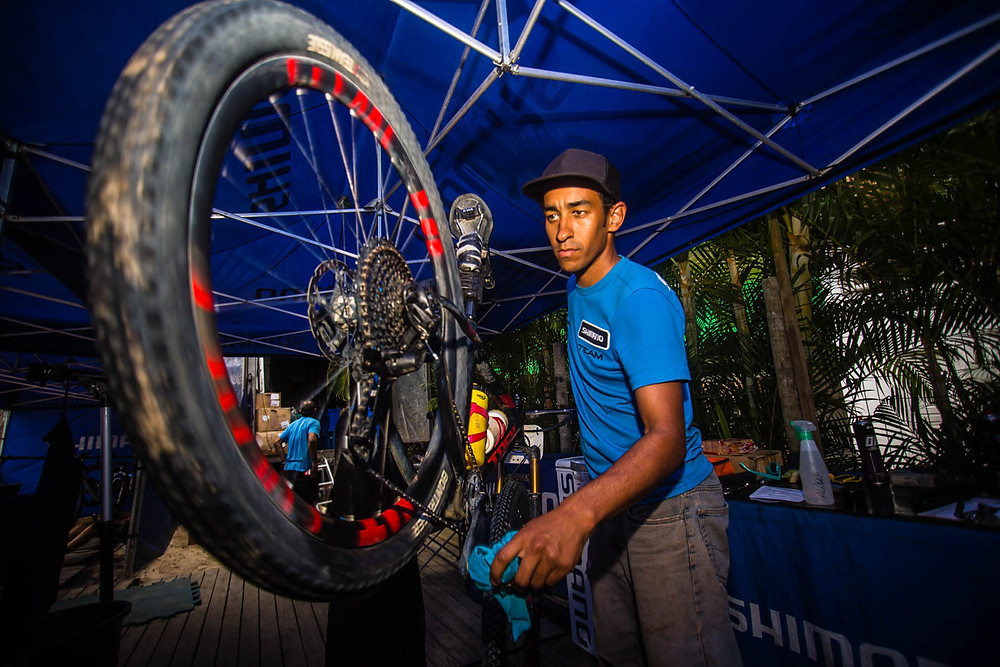 Funcionário da Shimano na realização do serviço (Wladimir Togumi / Brasil Ride)