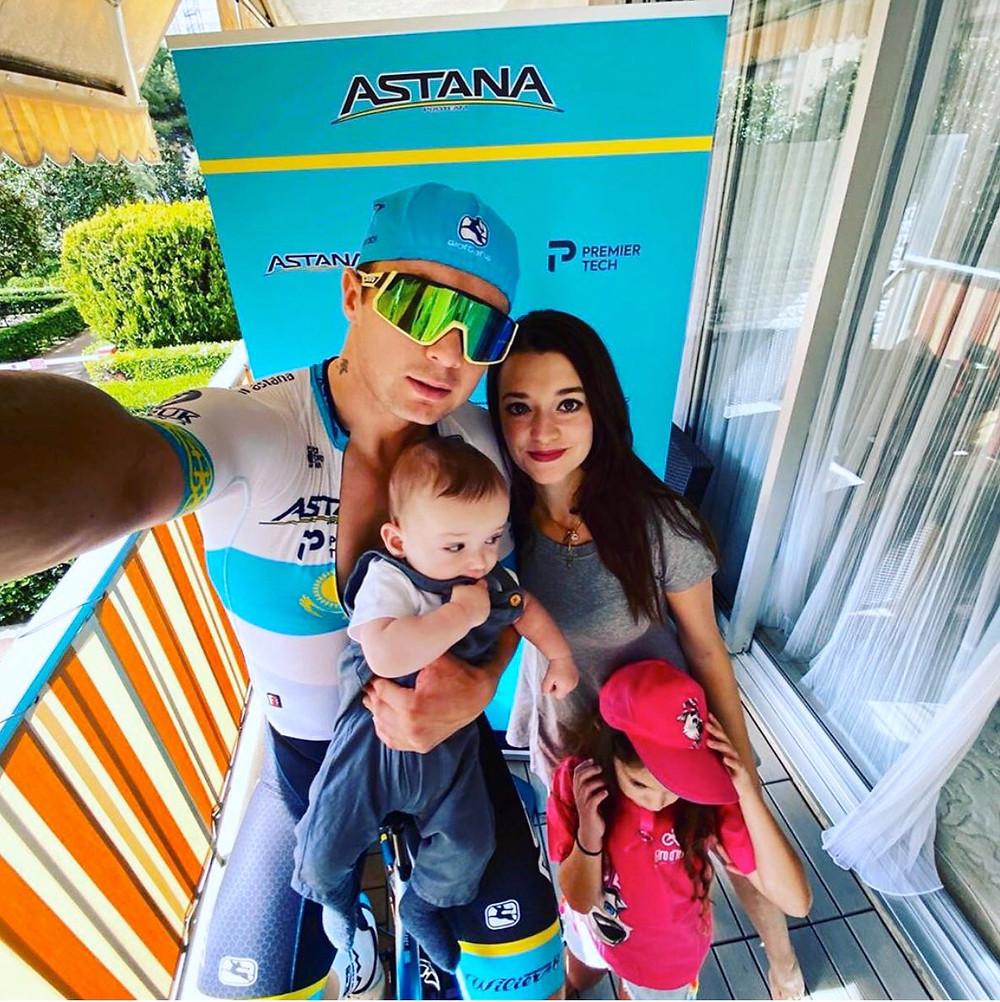 Alexey e família após a primeira etapa do Giro de Itália Virtual / Reprodução Twitter Astana