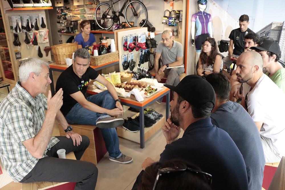 Mark e Guilherme batendo um papo com os convidados / Márcio de Miranda - Planeta da Bike