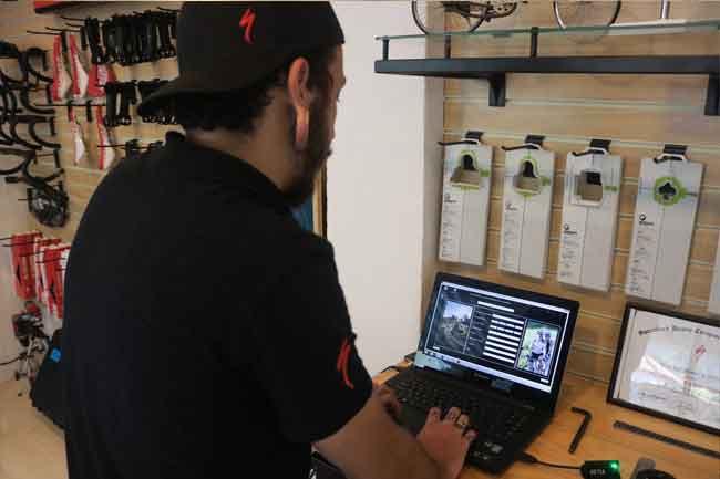 Allan analisando os dados / Márcio de Miranda