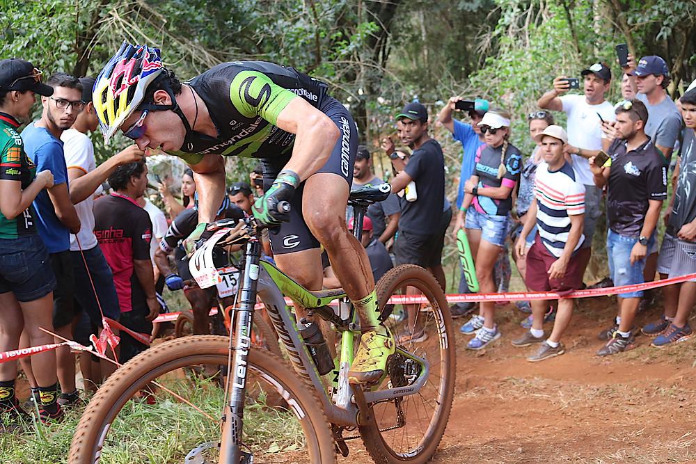 Avancini fazendo força na subida / Márcio de Miranda - Planeta da Bike