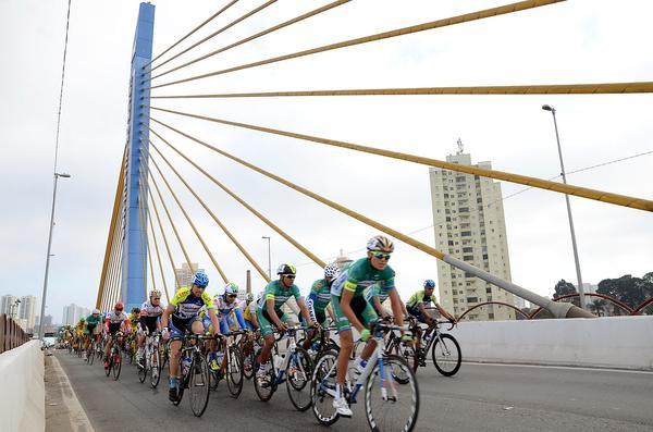 Pelotão na famosa Ponte Estaiada /  Luis Claudio Antunes - Bike76