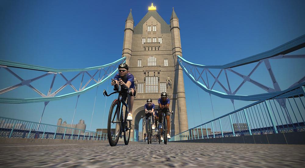 Triatletas pedalando pela London Bridge no Zwift / Divulgação