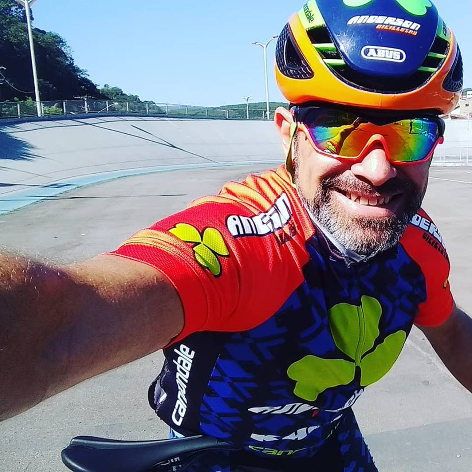 Cléber Anderson treinando no velódromo / Reprodução Facebook