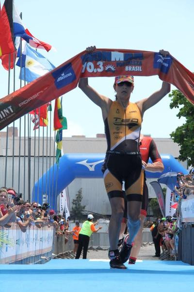 Claudia Dumont comemora a vitória / (Fábio Falconi - Unlimited SPorts)