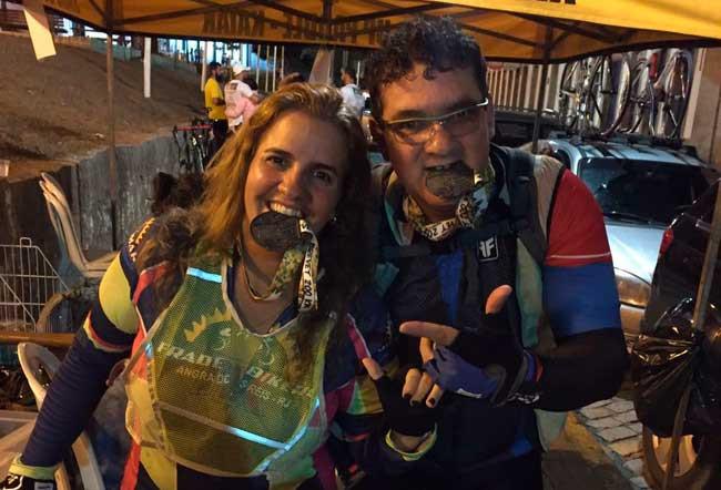 Flávia Barbosa e Marcos Oliveira com a medalha do Audax / Acervo pessoal