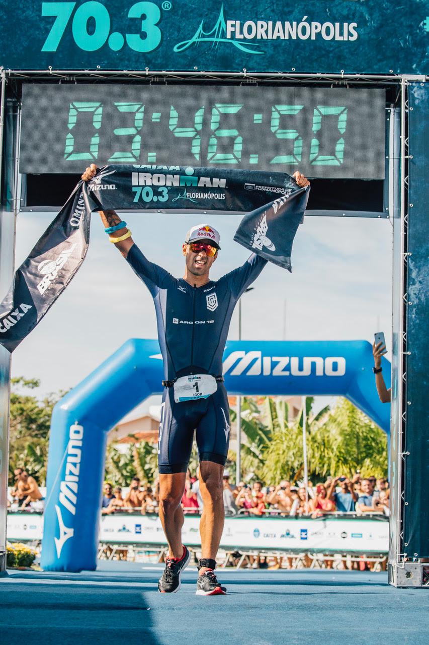 Atual campeão da prova triatleta catarinense compete pela primeira vez no ano após longa base de treinamentos em Mallorca (Espanha) / Romulo Cruz