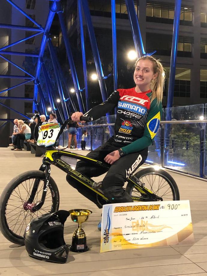Priscilla Stevaux (BMX) acerta patrocínio com JCB do Brasil