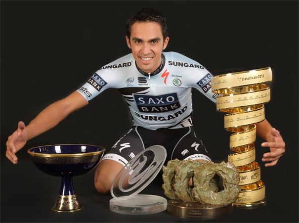 Contador com os troféus das Grandes Voltas e com a Tríplice Coroa / Divulgação