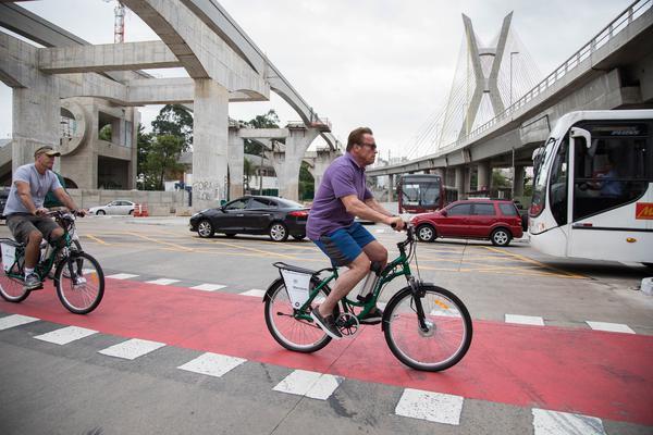 Pedalando perto da ponte Estaiada  (Rodrigo Dod / Savaget)