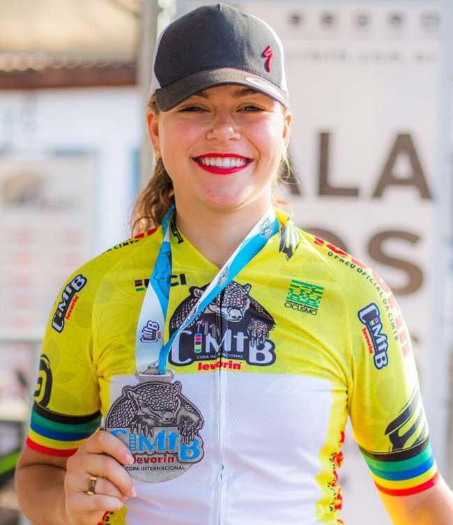 Bruna Elias com a medalha de campeã / Thiago Lemos - CIMTB Levorin