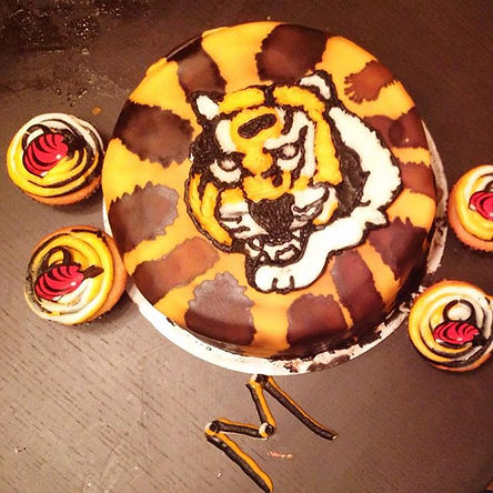 The Bengals cake and Cupcakes are here! #Bengals #Cincinnati #yummy #Ohio #Cake #customize