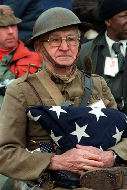 Veterans holding fald