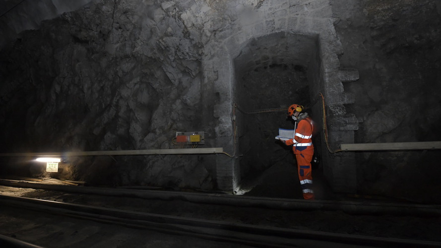 Kontrolle der Schachtneubauten in der Tunnelnische