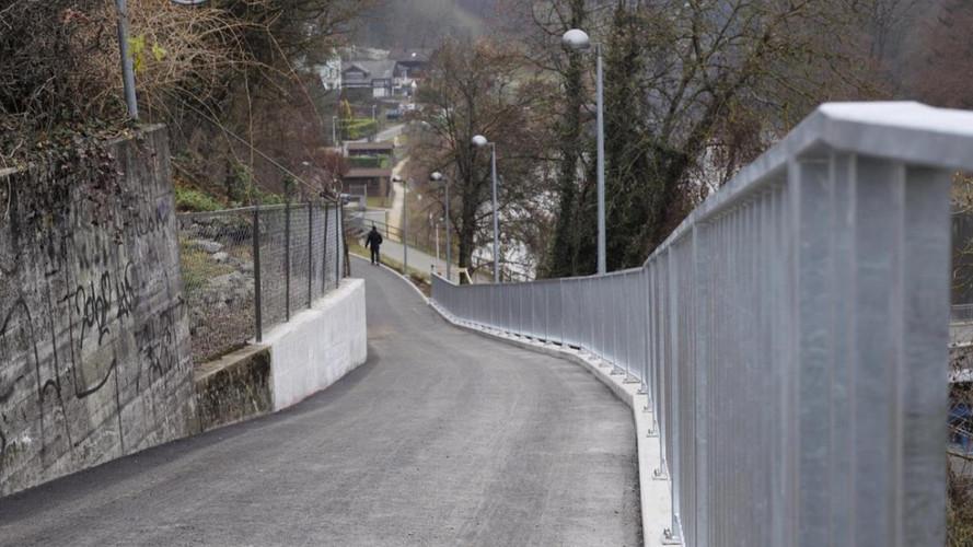 Neue Elementmauer mit Geländer