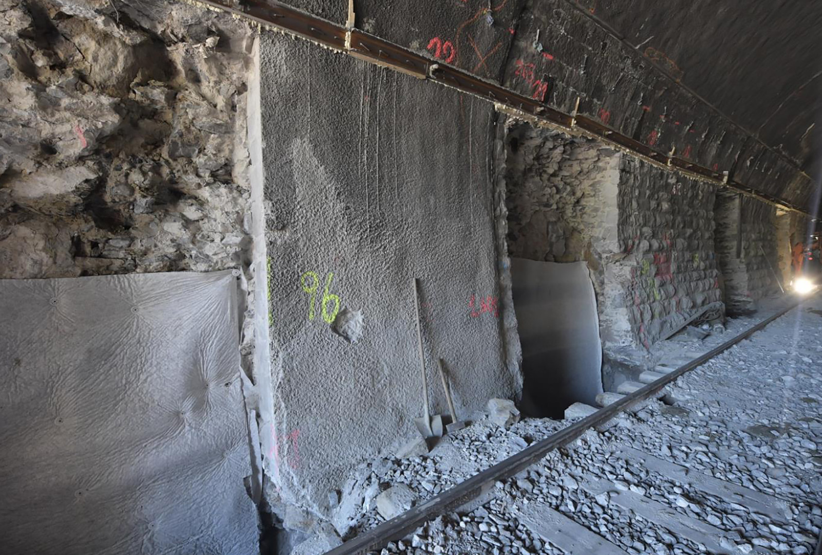 Paramentersatz: Die Tunnelwände werden Etappe um Etappe in Ortbeton neu erstellt