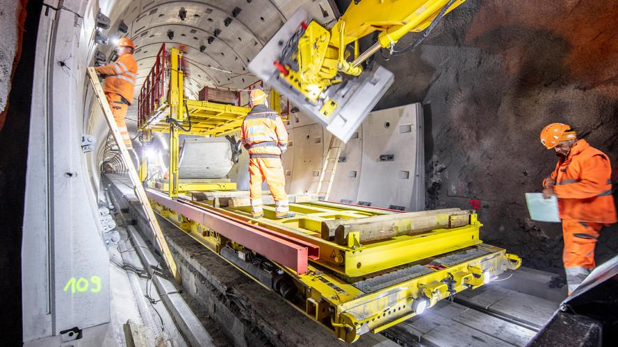 Versetzen der Fertigteile – im Einsatz der «RailFlex» und der Manipulator