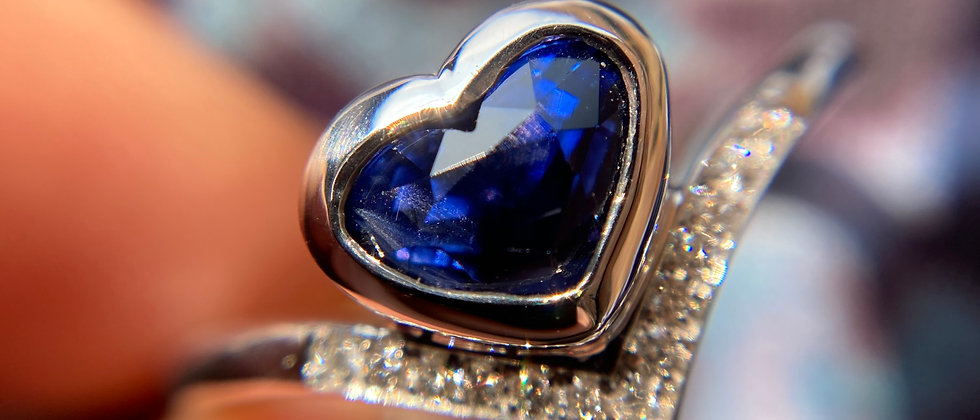 18ct White Gold Heart Sapphire Ring