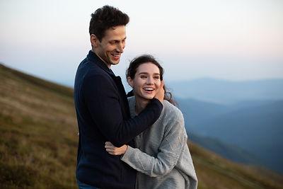 Et smilende par som har fået hjælp af parterapeut Birthe Kock-Jensen