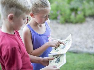 Dzieci czytanie mapy