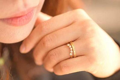 結婚指輪と婚約指輪をした女性の手