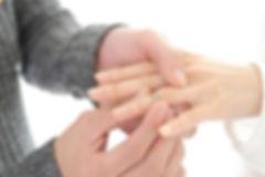 左手の薬指に指輪をはめる