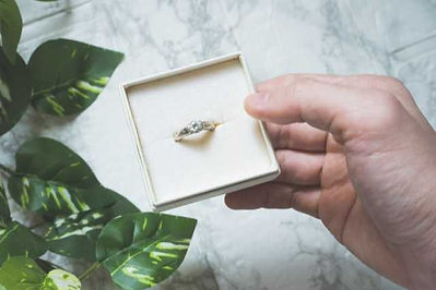 指輪ケースを持った男性の手