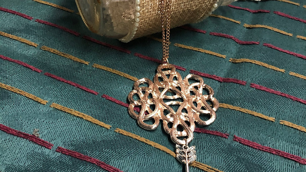 Rose gold necklace with pendent and arrow
