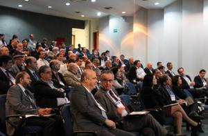Uma vista da plateia tendo em primeiro plano Eduardo Ledsham (Presidente da CPRM) e Victor Bicca (Diretor-Geral do DNPM)