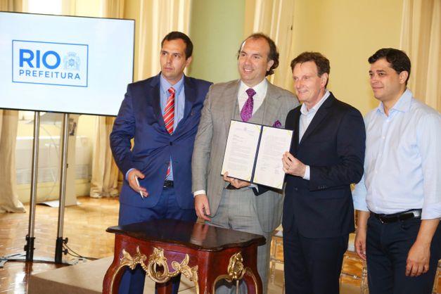 Jorge Ramalho, Alexey Semenyachenko, Marcelo Crivella e Indio da Costa mostram a carta de intenção