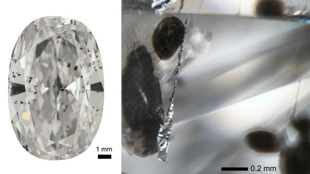 Diamante CLIPPIR polido (à esquerda) contendo inclusões metálicas. As inclusões metálicas (à direita) são de aparência prateada e apresentam rachaduras grafíticas negras que e estendem a partir delas.