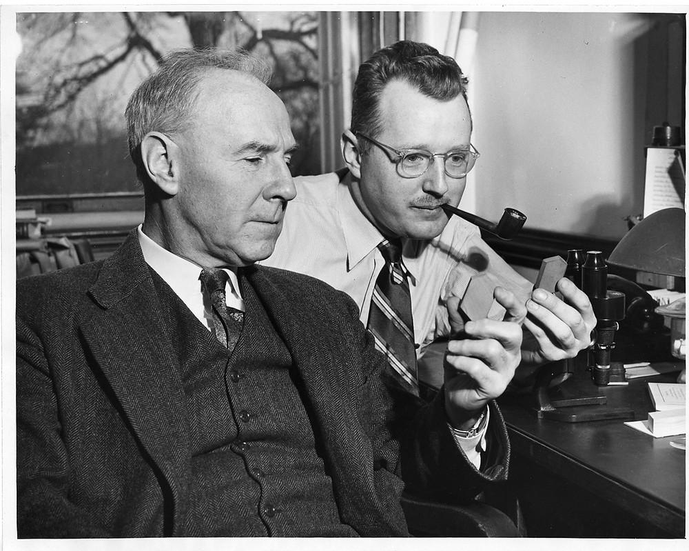 (da esquerda para direita): Norman Levi Bowen (1887-1956) e Orville Frank Tuttle (1916-1983)