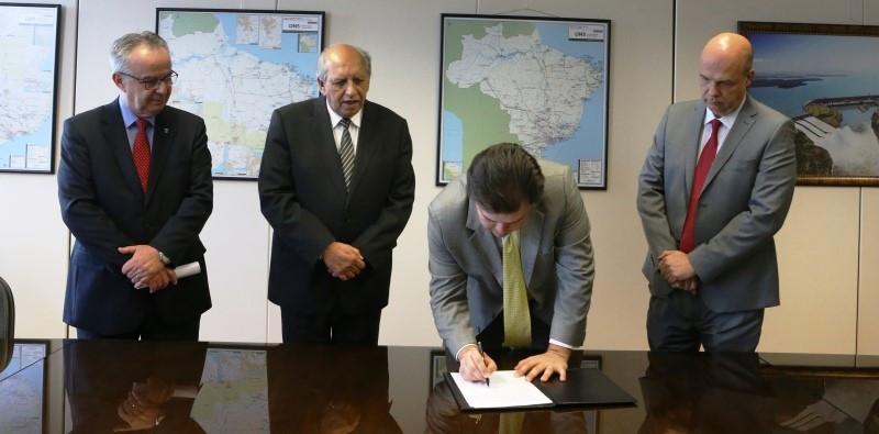 O ministro Fernando Coelho no ato da assinatura do Acordo