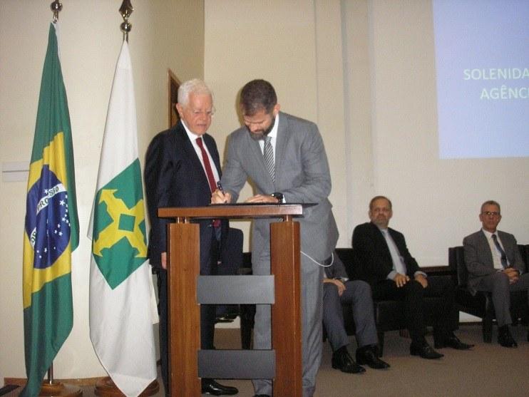 Eduardo Leão assinando o Termo de Posse.