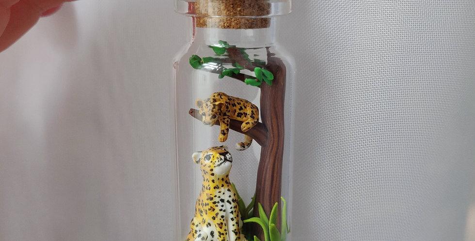 Leopard mit Baby auf einem Baum / Flaschenkunst