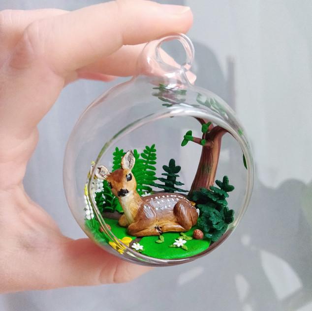 Reh an der Waldlichtung / Glasball