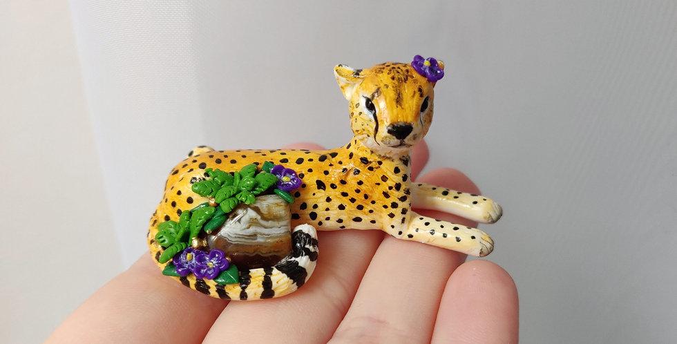 cheetah with a gemstone  / figurine