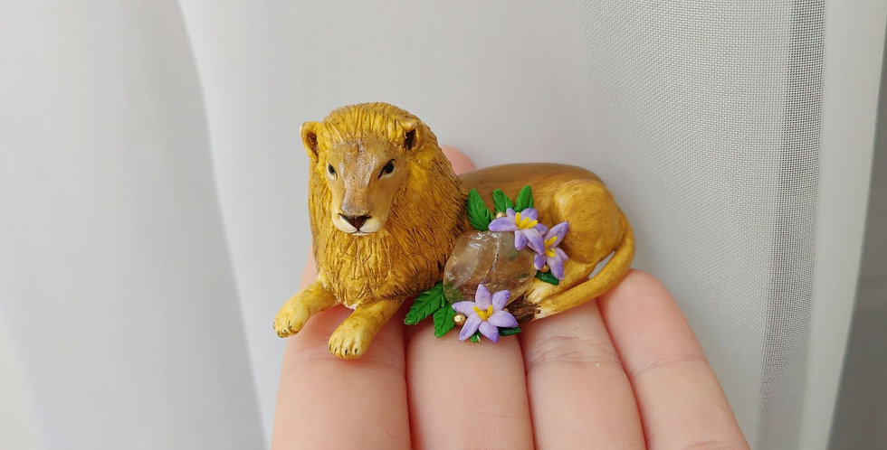 Lion with a gemstone / figurine