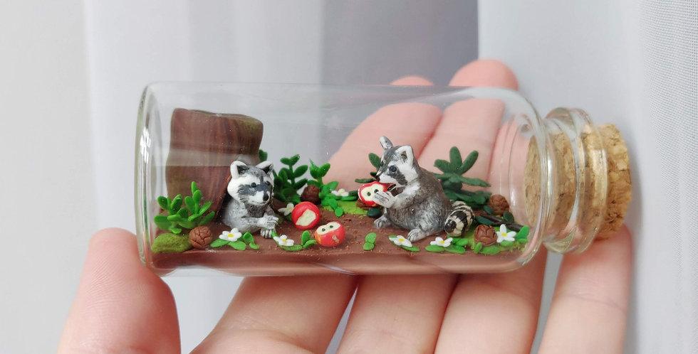 zwei kleine Waschbären / Flaschenkunst