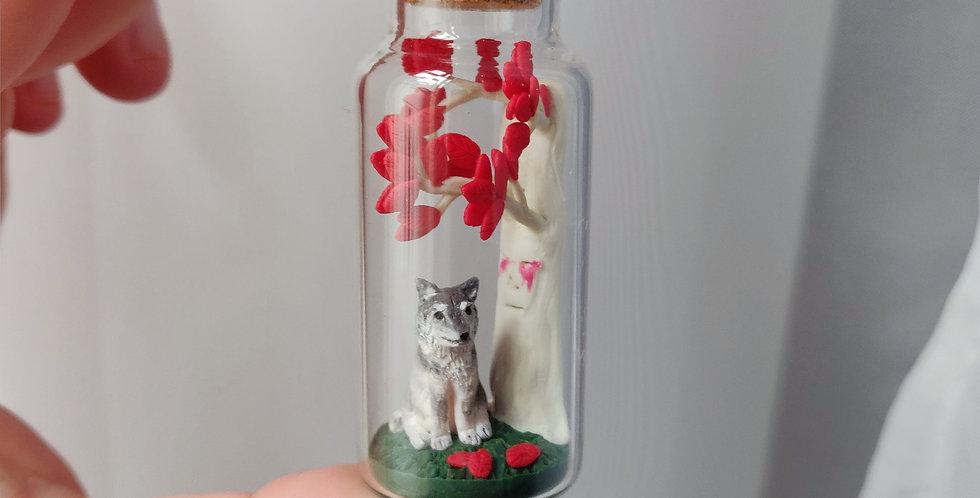 Schattenwolf unter einem Wehrholzbaum / Flaschenkunst