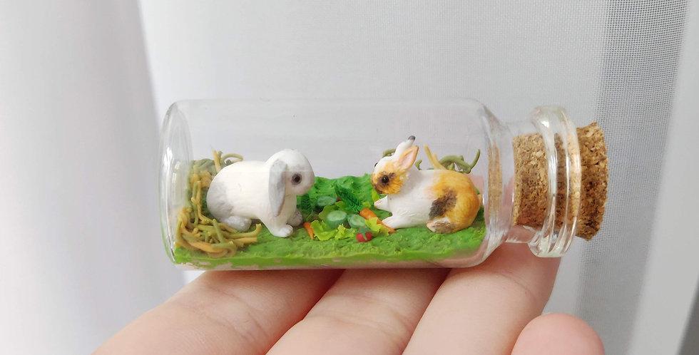 zwei kleine Kaninchen / Flaschenkunst
