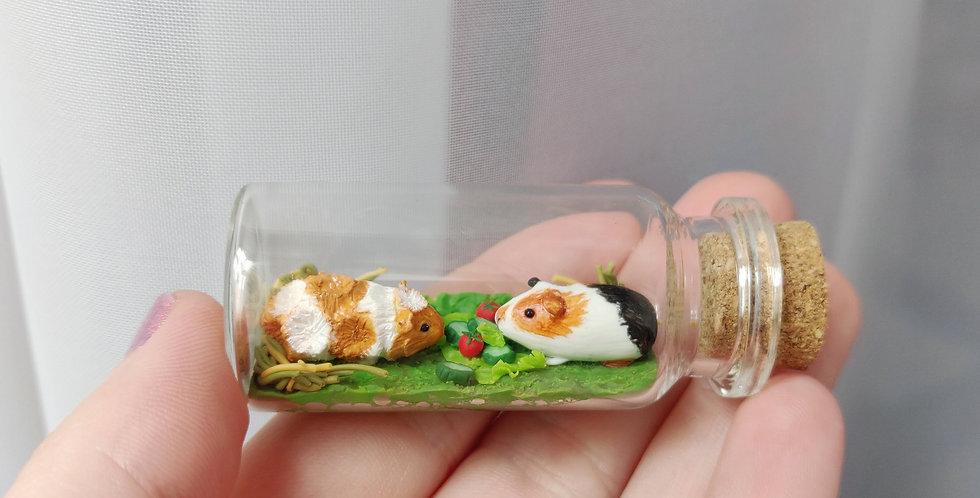 zwei kleine Meerschweinchen / Flaschenkunst